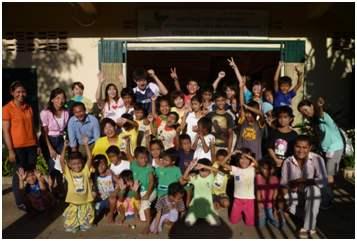 フィールドワークに参加した社会福祉学科福祉開発コースの学生とカンボジアの子どもたち